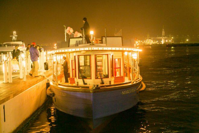 港に停泊するライトアップされたマルコポーロ