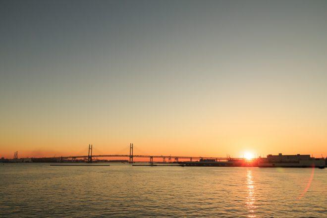 沈みゆく夕日とベイブリッジ