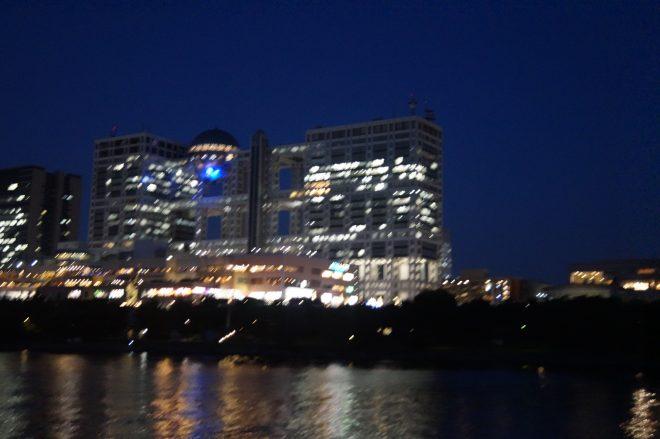船上から眺めるライトアップされたフジテレビ社屋