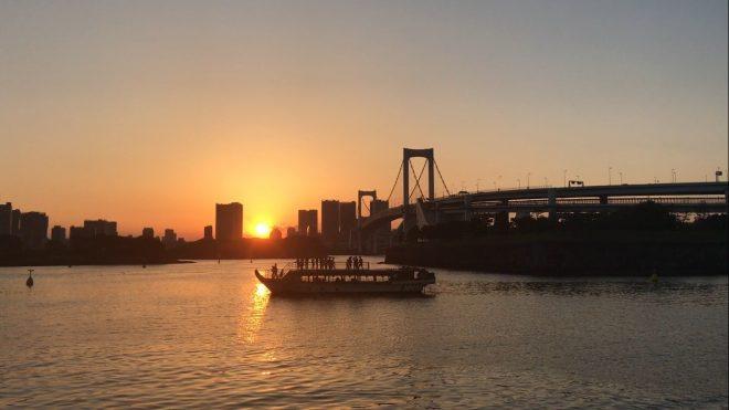 沈みゆく夕日を屋形船から眺めている風景