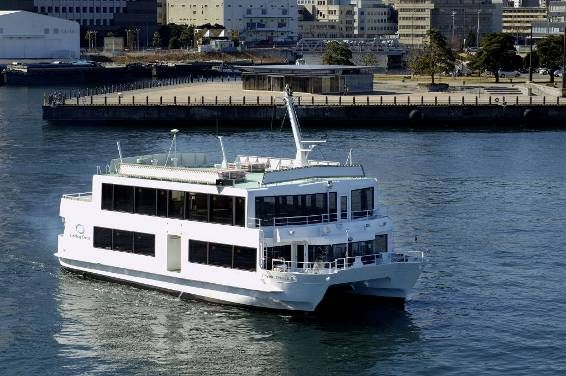 優雅に水上を走る洋風屋形船のセレブリティ2