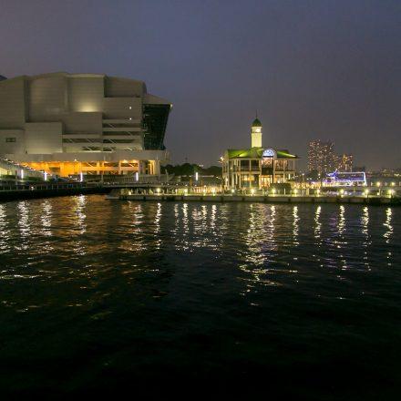 ライトアップされたぷかり桟橋の景色