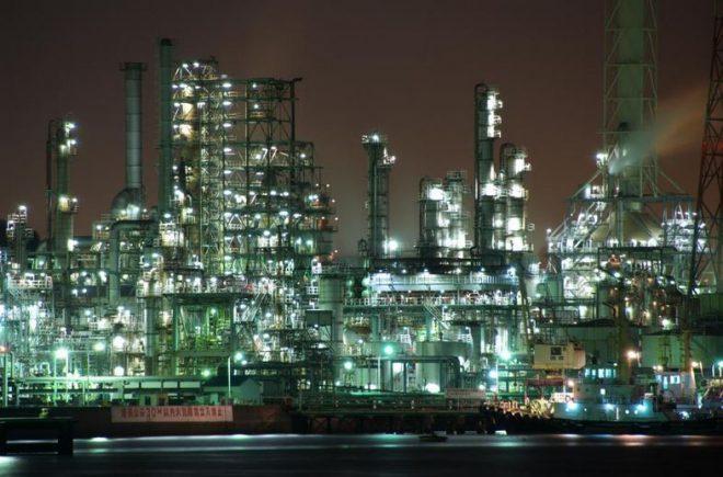 ライトアップされて幻想的な横浜の工場夜景