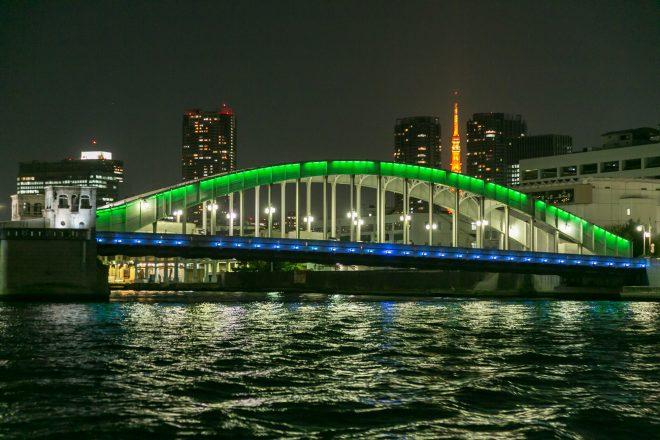河川上から眺めるライトアップされた勝鬨橋