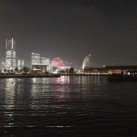 船上から眺めるライトアップされたみなとみらい地区