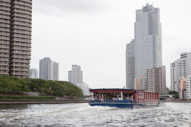 河川上を優雅に走る洋風屋形船