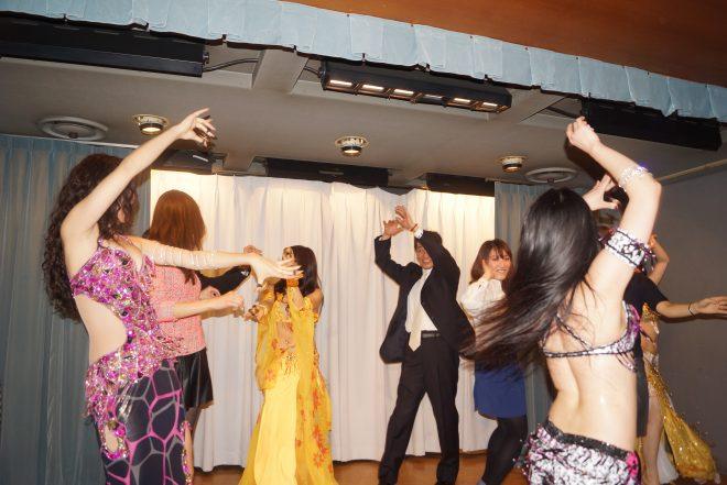 ステージで踊るベリーダンサー