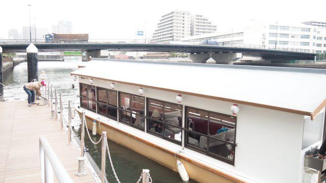 桟橋に停泊する屋形船