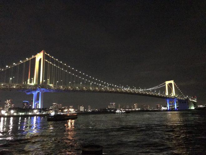 河川上から眺めるライトアップされたレインボーブリッジ