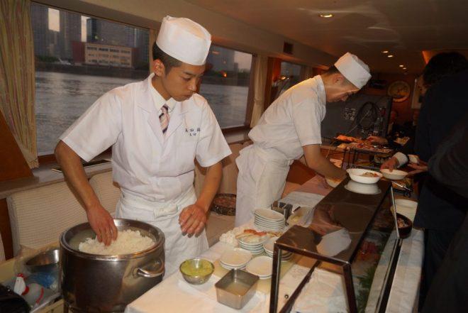 船内で寿司を握る職人