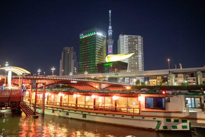 明かりの灯る屋形船と東京の夜景