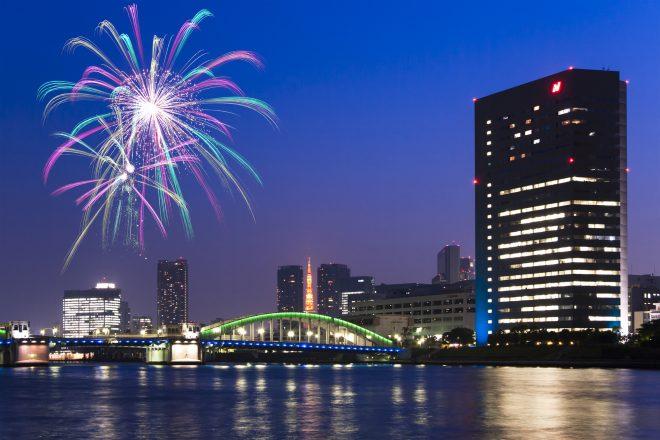 東京の夜景と打ち上げ花火