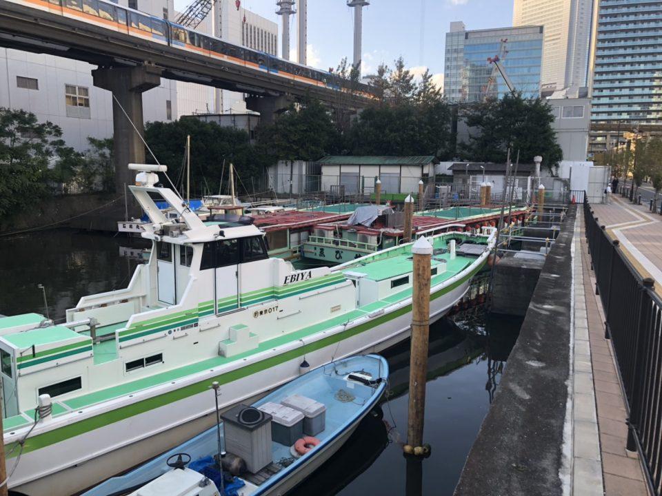芝浦乗船所とそこに停泊している屋形船と釣舟