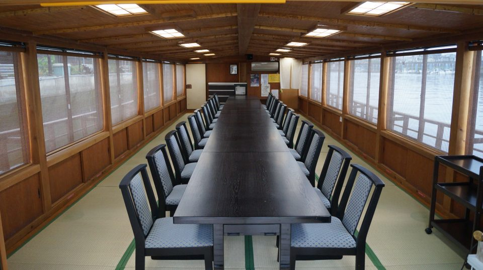 お座敷に和風のテーブルとイスが並んだ第11豆丸の船内