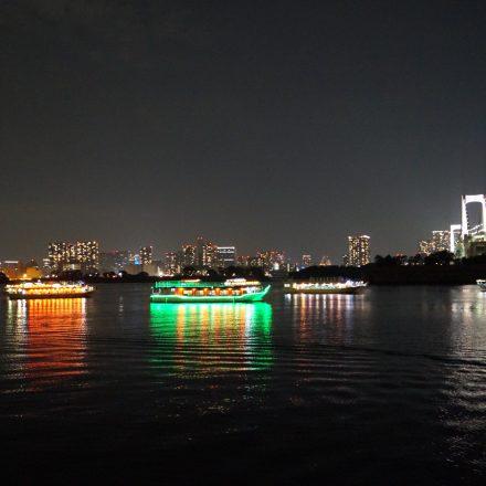 綺麗な屋形船と夜景