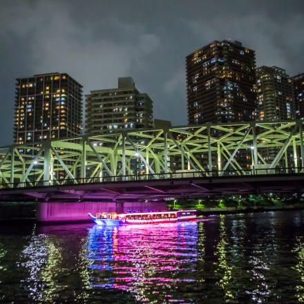 夜景と橋の下にある屋形船