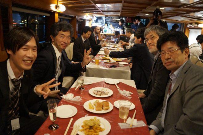船内で料理を囲む笑顔の人たち