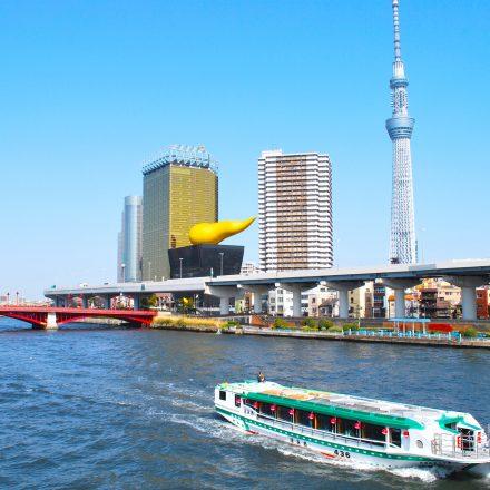 青空の広がるきれいな景色と屋形船