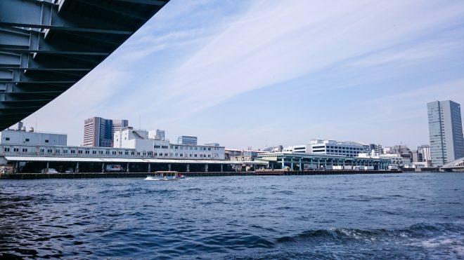 橋をくぐる屋形船からの景観