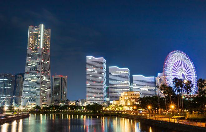 ライトアップされた観覧車と美しい夜景