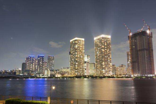 高層ビルが並ぶロマンチックな夜景