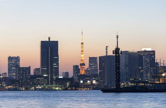 ライトアップされた東京タワーと街並み