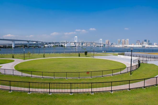 広々とした豊洲の公園と海