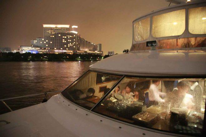船のなかで楽しむ人々の様子と街並み
