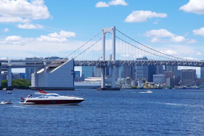 スタイリッシュな船と海から見える景色