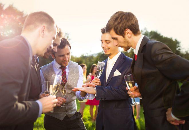 シャンパングラスを持って談笑する人たち