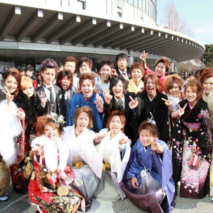 集合写真を撮る着物や袴を着た新成人