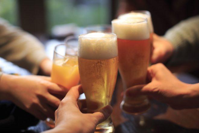 ビールやジュースで乾杯する様子