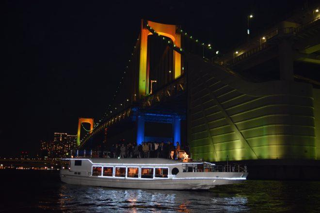 ライトアップされた橋をくぐる船