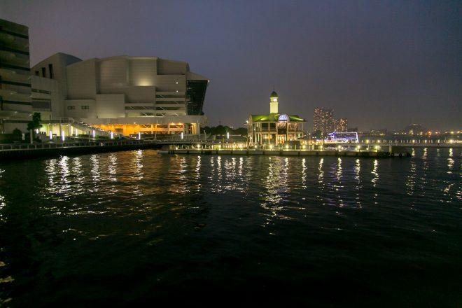 船の上から眺めるきれいな夜景