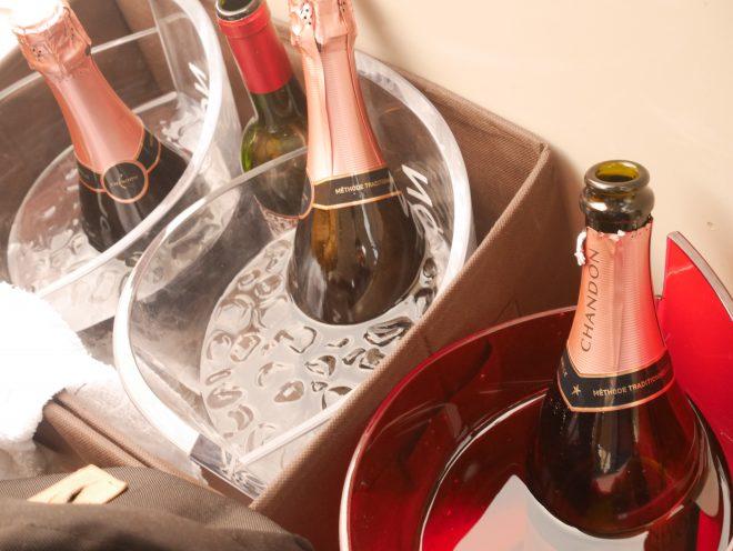 冷やされたシャンパンやワインのボトル