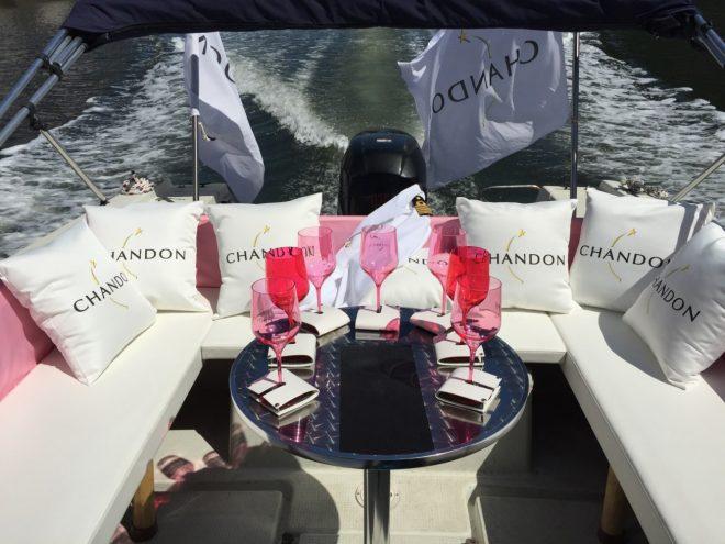 白を基調としたデザインの船にピンクのワイングラスが並ぶ
