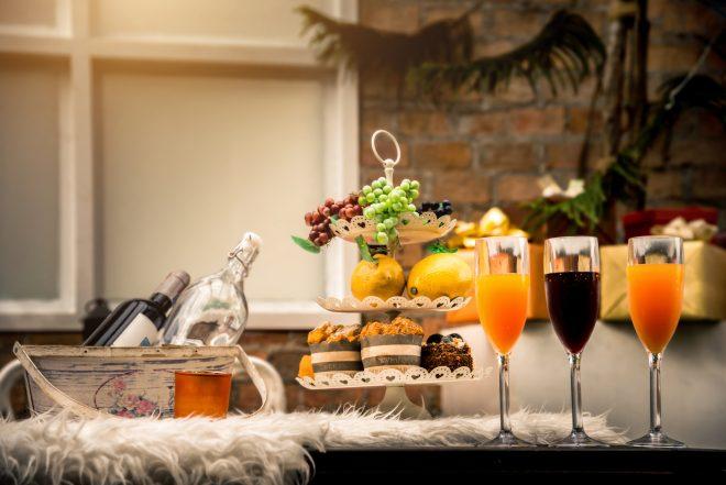 お酒やソフトドリンクとデザートがテーブルに並んでいる