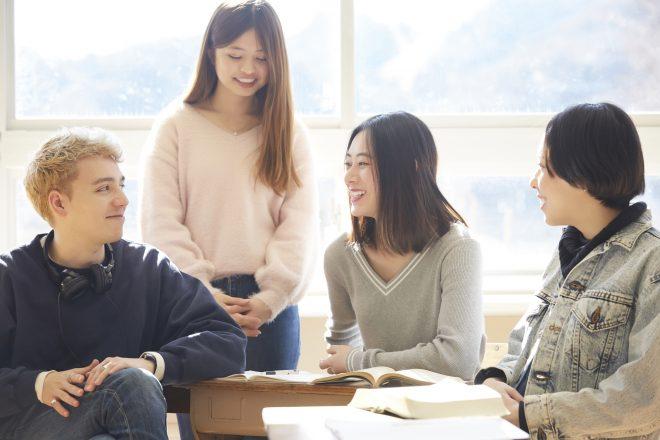留学生と日本の学生が楽しそうに話している