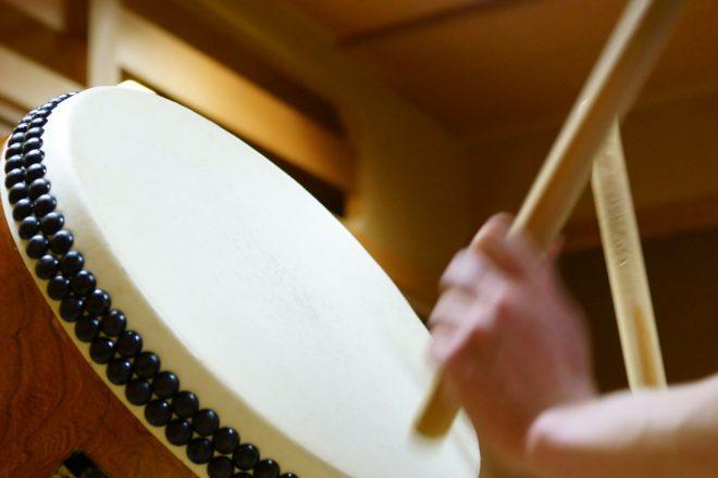 和太鼓とバチを持つ手