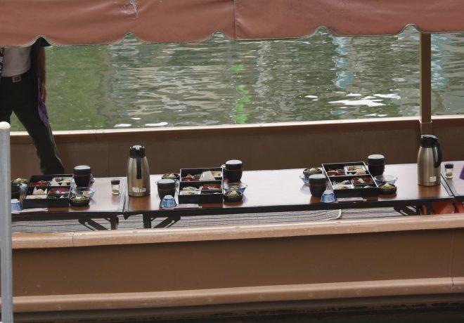 屋形船の船内に並べられた料理