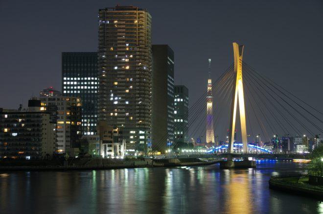 ライトアップされた橋とスカイツリー