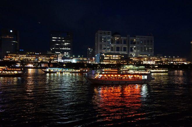夜のお台場の景色と屋形船