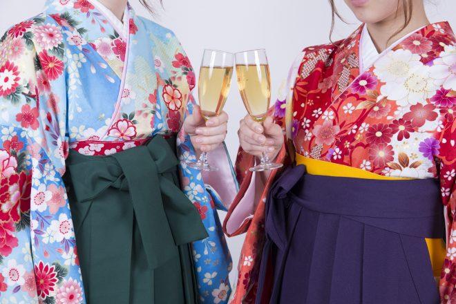 シャンパングラスを持つ袴を着た女性