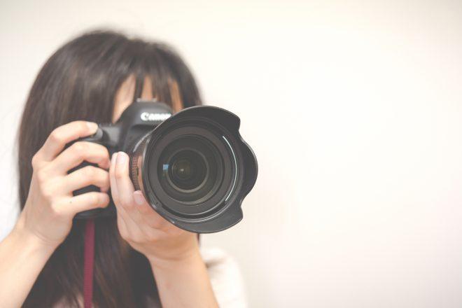 カメラをかまえる女性カメラマン