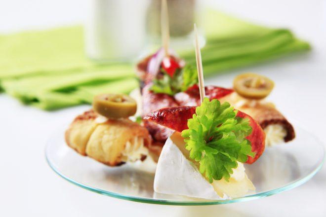 お皿にかわいらしく並ぶフィンガーフード