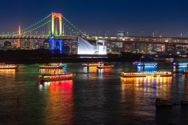 東京湾から見える夜景と屋形船
