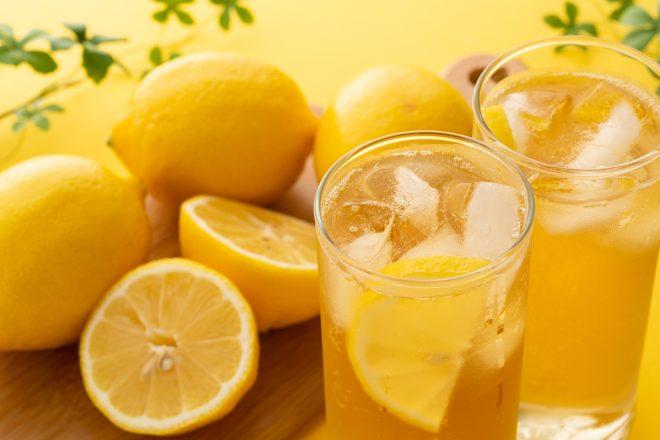 レモンとレモンの入ったドリンク