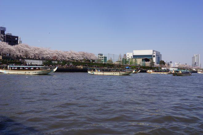 川に浮かぶ数隻の屋形船