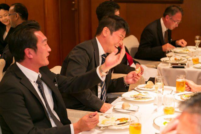 楽しそうに食事を楽しむ男性