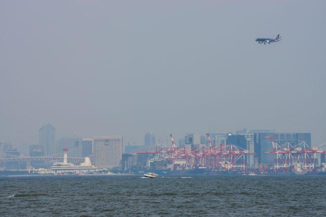 上空に飛行機が見える羽田空港沖